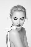 美丽的性感的白肤金发的妇女自然构成裸体形状 免版税图库摄影