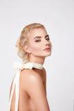 美丽的性感的白肤金发的妇女自然构成裸体形状 库存照片