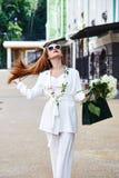 美丽的性感的白肤金发的妇女长的头发俏丽的面孔女实业家s 免版税库存图片