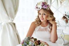 美丽的性感的白肤金发的妇女luxary礼服头发构成餐馆 库存照片