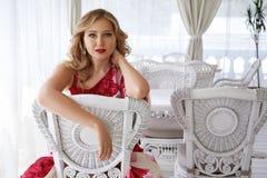 美丽的性感的白肤金发的妇女luxary礼服头发构成餐馆 免版税图库摄影
