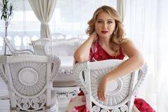 美丽的性感的白肤金发的妇女luxary礼服头发构成餐馆 库存图片