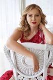 美丽的性感的白肤金发的妇女luxary礼服头发构成餐馆 免版税库存照片
