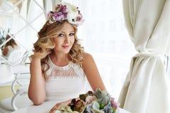 美丽的性感的白肤金发的妇女luxary礼服头发构成餐馆 免版税库存图片