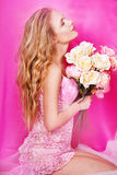 美丽的性感的金发碧眼的女人在演播室 免版税库存照片