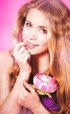 美丽的性感的金发碧眼的女人在演播室 免版税库存图片