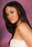 美丽的性感的非裔美国人的黑人妇女佩带的白色礼服 免版税库存照片