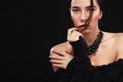 美丽的性感的brunnete女孩画象,黑背景的 俏丽的女孩模型 一件黑礼服的一名深色的妇女 库存图片