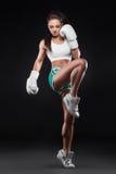 美丽的性感的kickboxer女孩在手套和采取穿戴了被击中的b 库存图片