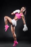 美丽的性感的kickboxer女孩在手套和采取穿戴了被击中的b 库存照片