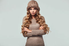 美丽的恼怒的白肤金发的妇女画象  免版税库存照片