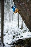 美丽的惊人的冬天山 一个人去上升在雪假日的体育 抽象空白背景圣诞节黑暗的装饰设计模式红色的星形 唯一的横向 北 免版税库存照片