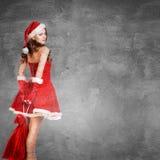 美丽的惊奇的妇女在圣诞老人服装 免版税库存图片