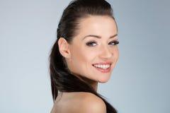 美丽的愉快地微笑的妇女年轻人 免版税库存图片