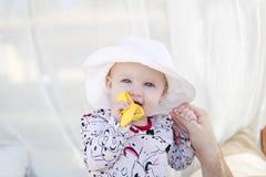 美丽的愉快的传神白肤金发的女孩小孩在小屋 库存照片