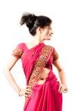 美丽的愉快的印第安桃红色莎丽服妇&# 免版税库存照片