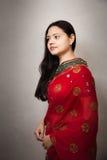 美丽的愉快的印第安红色莎丽服妇女 免版税图库摄影