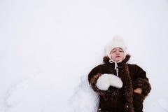 美丽的愉快的女孩在雪冬天户外 免版税图库摄影