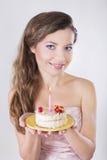 美丽的愉快的女孩提出生日蛋糕 免版税库存照片