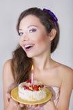 美丽的愉快的女孩提出生日蛋糕 库存图片