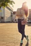 美丽的愉快的女孩柔和的步行通过城市nazakate太阳镜,太阳房间柔和定调子 库存照片