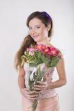 美丽的愉快的女孩给一朵野生兰花 库存照片