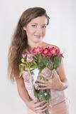 美丽的愉快的女孩给一朵野生兰花 免版税库存图片