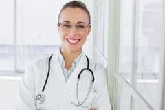 美丽的愉快的女性医生在医院 免版税图库摄影