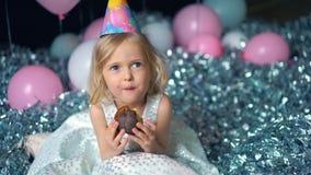 美丽的愉快的小女孩尖酸的生日蛋糕 查看照相机 股票录像