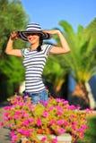 美丽的愉快的帽子星期日佩带的妇女 免版税库存图片