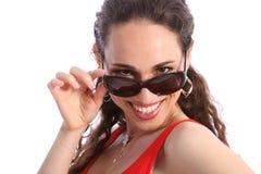 美丽的愉快的微笑太阳镜妇女 免版税库存照片