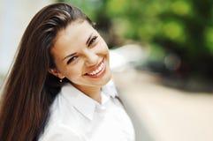 美丽的愉快的微笑的青少年的女孩 免版税库存图片