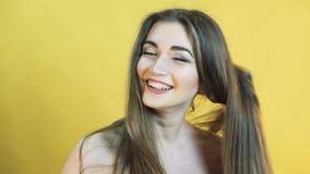 美丽的愉快的惊奇的妇女激动恐慌的在黄色背景4K的 影视素材