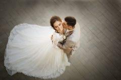 美丽的愉快的新娘和新郎 库存图片