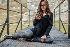 美丽的愉快的时髦的女人谈话在手机 库存照片