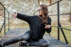 美丽的愉快的时髦的女人谈话在手机 免版税库存照片