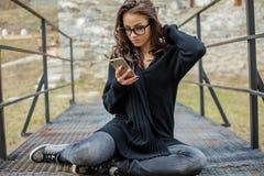 美丽的愉快的时髦的女人谈话在手机 图库摄影