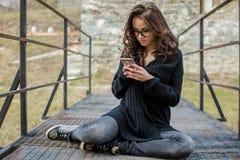 美丽的愉快的时髦的女人谈话在手机 免版税库存图片