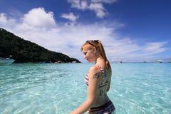 美丽的愉快的海运热带妇女 免版税库存图片