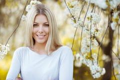 美丽的愉快的白肤金发的妇女画象特写镜头 免版税库存图片