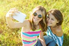 美丽的成人母亲和她的女儿十几岁的女孩画象  免版税库存图片