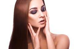 美丽的成人白种人的健康完善的平直的棕色头发 免版税库存照片