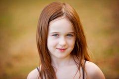 美丽的户外女孩年轻人 免版税库存图片