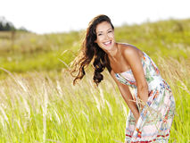 美丽的户外微笑的妇女年轻人 图库摄影