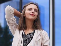 美丽的户外纵向妇女年轻人 免版税库存图片