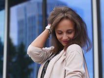 美丽的户外纵向妇女年轻人 库存图片