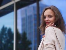 美丽的户外纵向妇女年轻人 库存照片