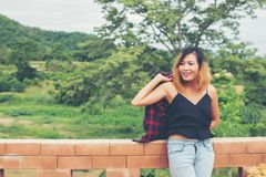美丽的户外纵向微笑的妇女年轻人 晴天rel 免版税图库摄影