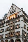 美丽的房子和商店在诺伊霍伊泽街道,慕尼黑-德国 免版税库存图片