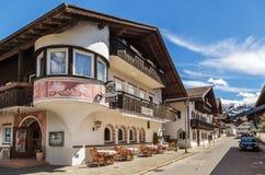 美丽的房子在加米施・帕藤吉兴在德国 库存照片